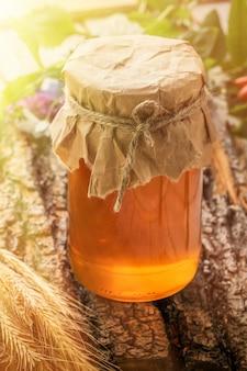 Le bol au miel sur une table en bois