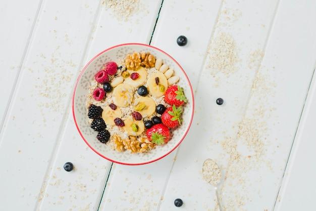 Bol avec des baies et des fruits