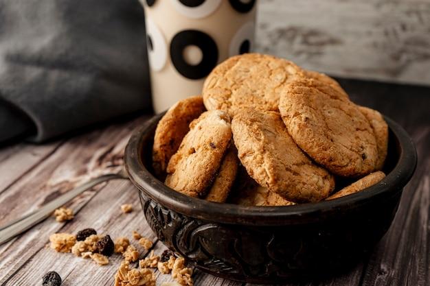 Bol avec biscuits à l'avoine maison