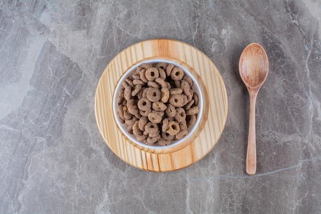 Un bol blanc d'anneaux de céréales au chocolat sain pour le petit déjeuner
