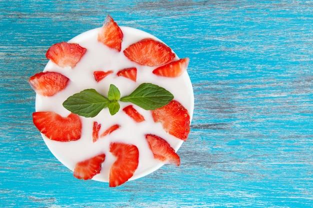 Bol blanc avec du yaourt