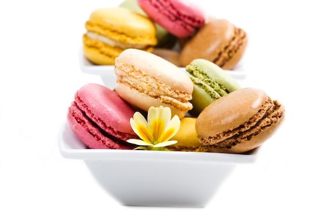 Bol blanc avec macarons colorés