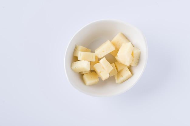 Bol blanc avec des morceaux de délicieux pecorino sur fond blanc
