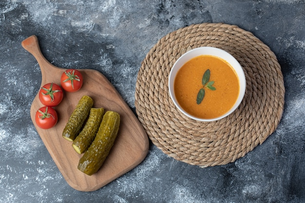 Un bol blanc de soupe aux lentilles avec des légumes .