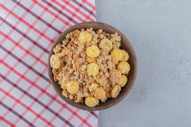 Un bol en bois de délicieuses céréales saines sur une nappe. photo de haute qualité