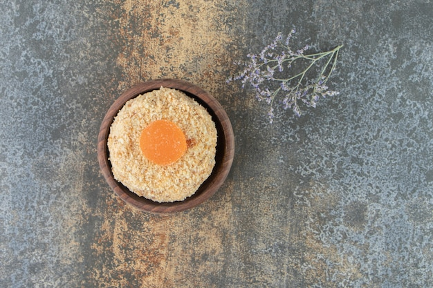 Un bol en bois avec un délicieux gâteau sucré