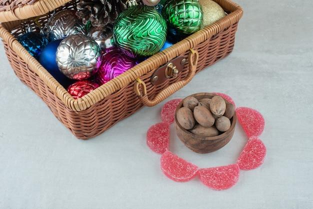 Un bol en bois avec des noix sur fond blanc. photo de haute qualité