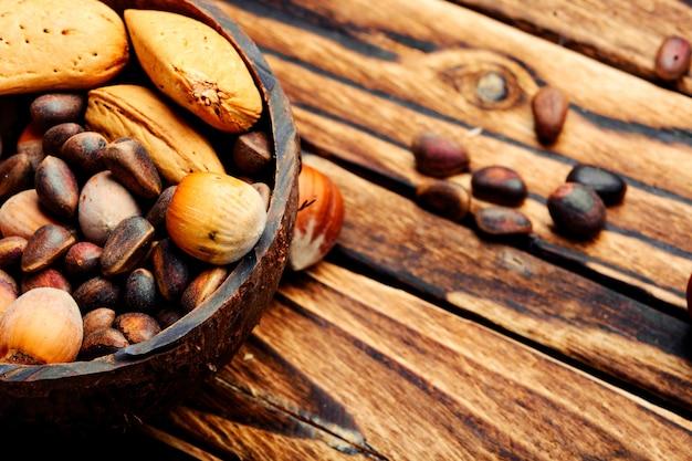 Bol en bois avec noix mélangées