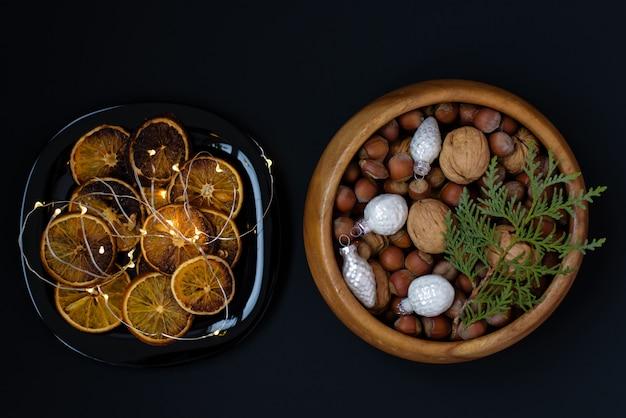 Bol en bois avec noix, noix et noisettes.
