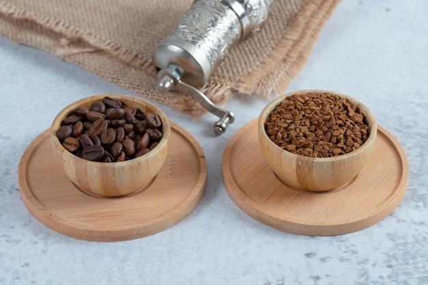 Un bol en bois plein de grains de café torréfiés à l'arôme. photo de haute qualité