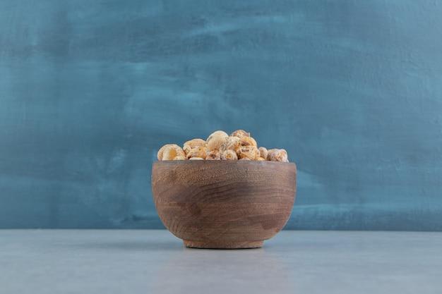 Un bol en bois rempli de délicieux fruits secs.