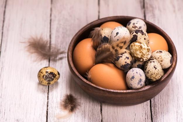Bol en bois rempli d'œufs de caille et de caille