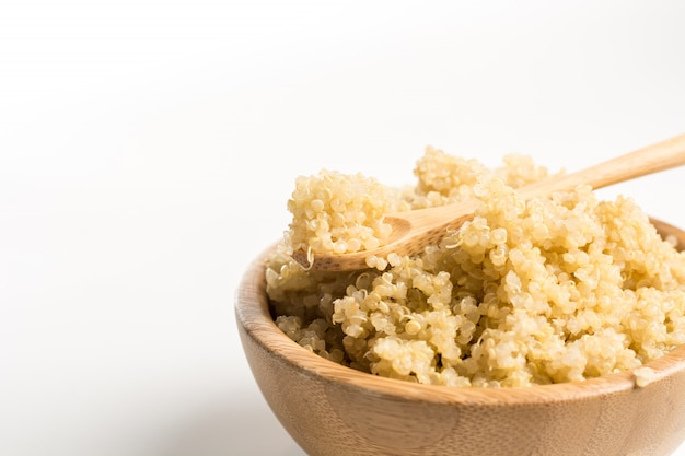 Bol en bois rempli de quinoa.
