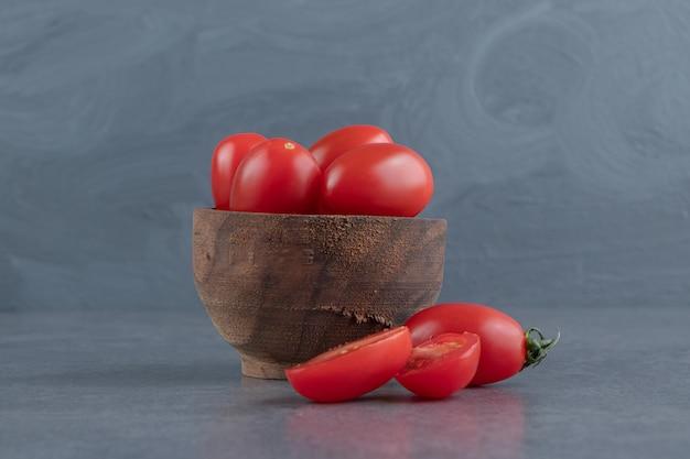 Un bol en bois de tomates cerises rouges