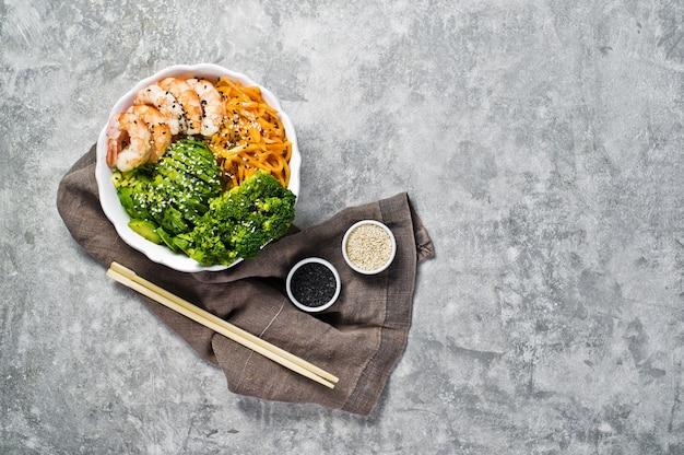 Bol à bouddha avec crevettes, avocat, carotte, brocoli et riz.