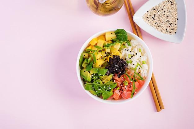 Bol de bouddha avec riz, mangue, avocat et saumon