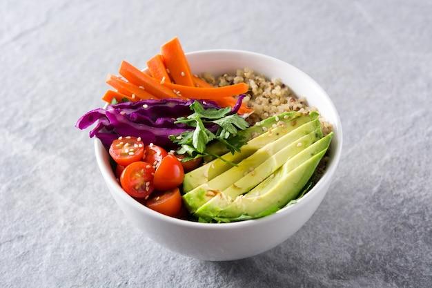 Bol bouddha vegan avec crudités fraîches et quinoa sur fond gris