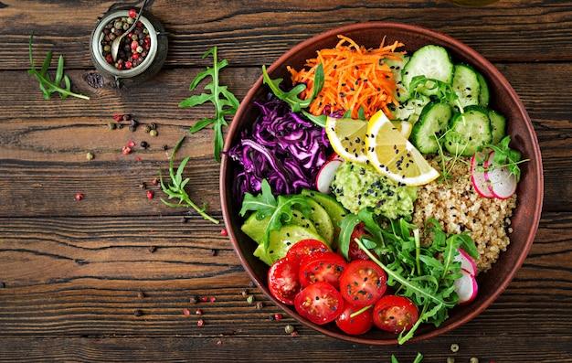 Bol de bouddha végétarien avec quinoa et légumes frais. concept d'aliments sains. salade végétalienne. vue de dessus. mise à plat