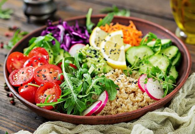 Bol de bouddha végétarien avec quinoa et légumes frais. concept d'aliments sains. salade végétalienne.