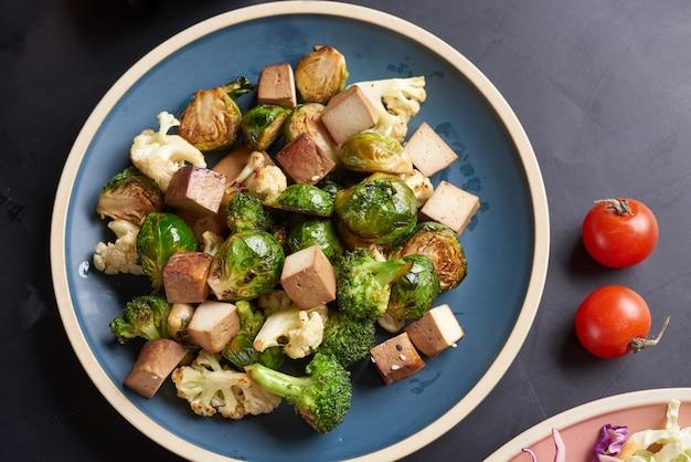 Bol de bouddha végétarien avec salade de légumes frais et pois chiches.