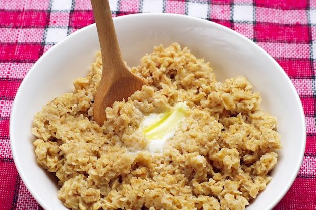 Bol de bouillie d'avoine avec du beurre