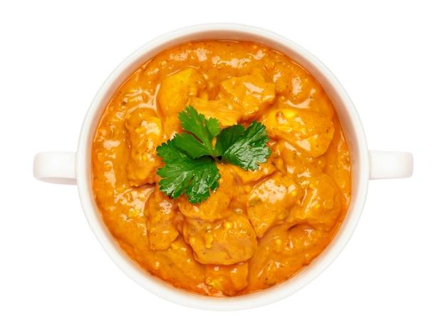 Bol en céramique blanche de curry de poulet traditionnel isolé