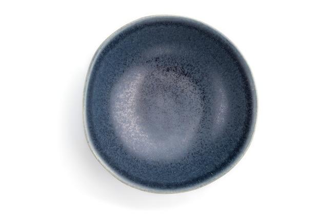 Bol en céramique bleu vide isolé sur fond blanc. vue de dessus, pose à plat