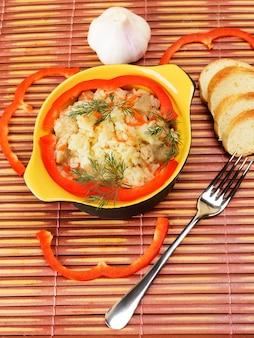 Bol en céramique avec riz pilaf. décoré avec du poivre.