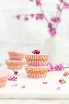 Bol en céramique rose et blanc sur tableau blanc