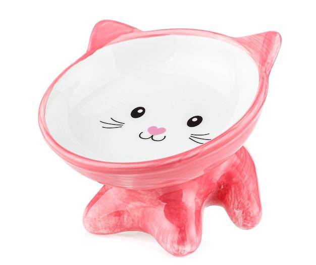 Bol en céramique rose décoratif vide pour la nourriture pour chat isolé sur blanc