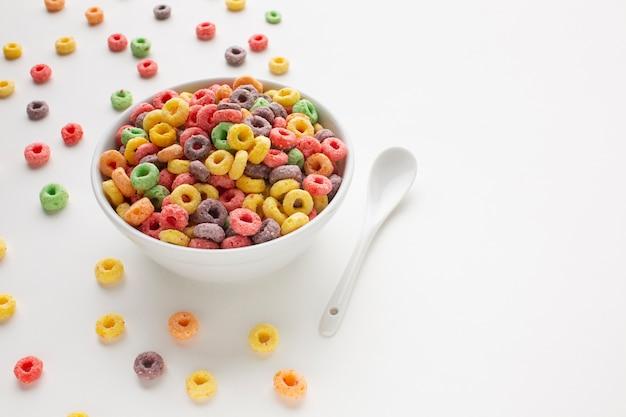 Bol de céréales coloré avec espace de copie