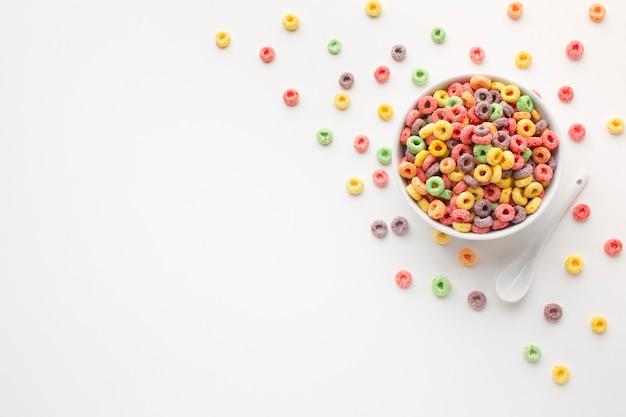 Bol de céréales colorées vue de dessus avec espace de copie