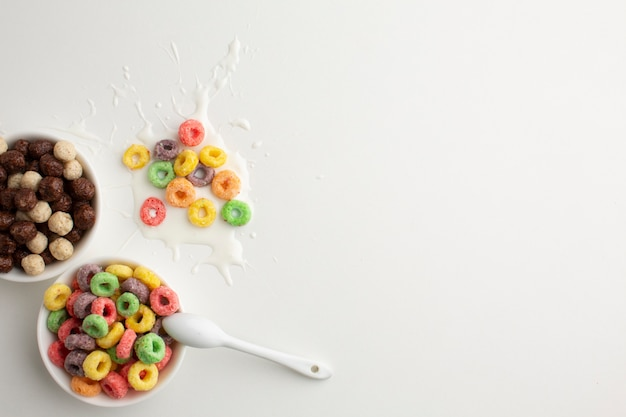 Bol de céréales colorées vue de dessus