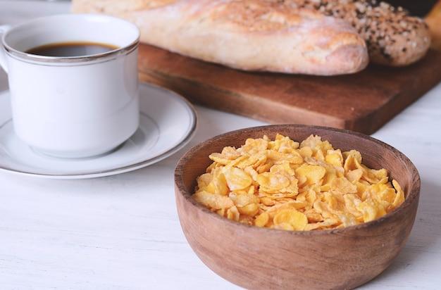 Bol avec des céréales, du pain et du café