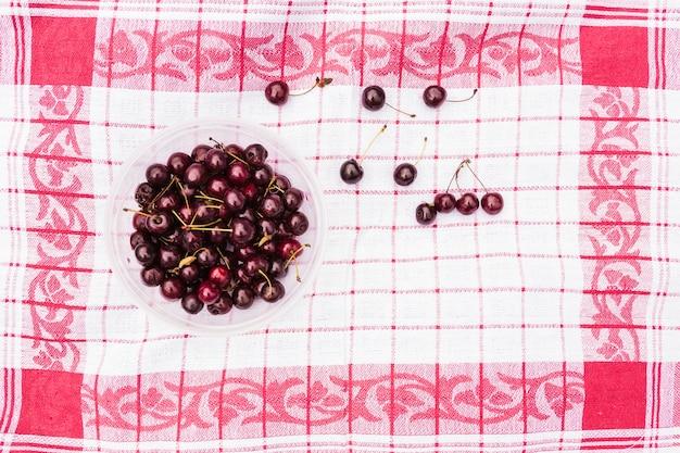 Bol de cerises rouges sur une serviette