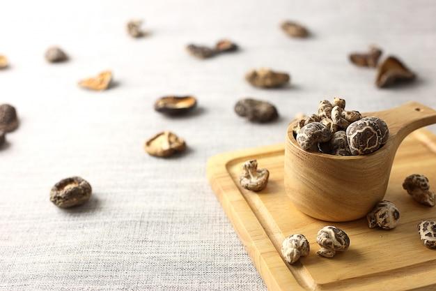 Bol de champignons secs sur planche de bois