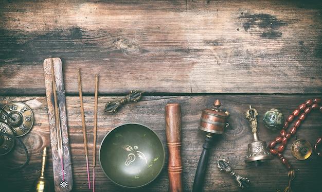 Bol de chant en cuivre, perles de prière, tambour de prière et autres objets religieux tibétains à méditer