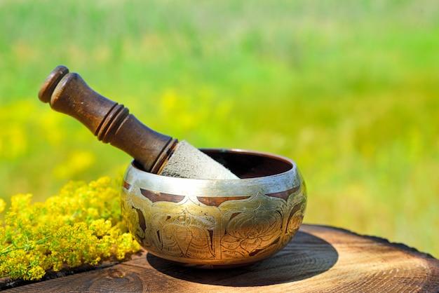 Bol chantant en cuivre avec un bâton