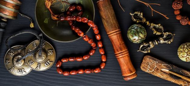 Bol chantant en cuivre, perles de prière, tambour de prière