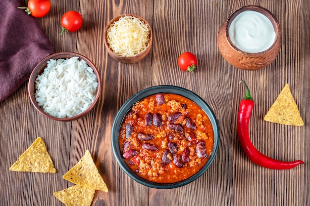 Bol de chili con carne avec des ingrédients
