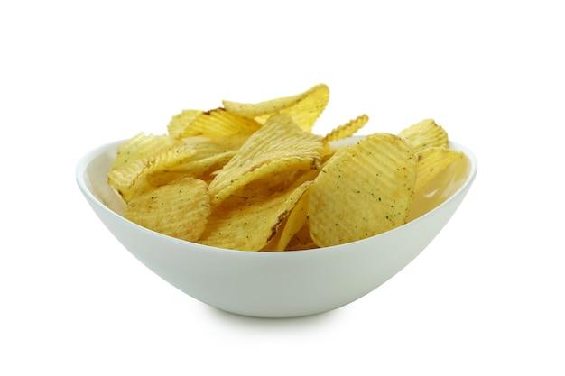 Bol avec chips isolé sur blanc