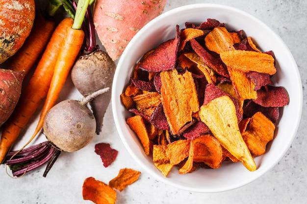 Bol de chips de légumes sains de betteraves, de patates douces et de carottes