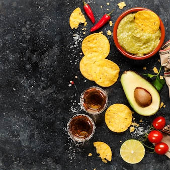 Bol de chips de nachos mexicains avec sauce guacamole fraîche maison