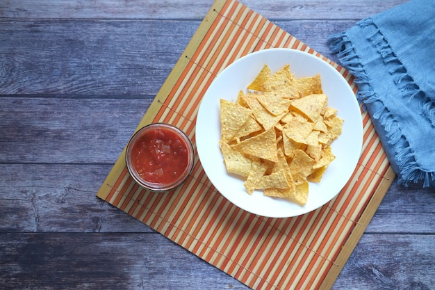 Un bol de chips et de salsa sur table