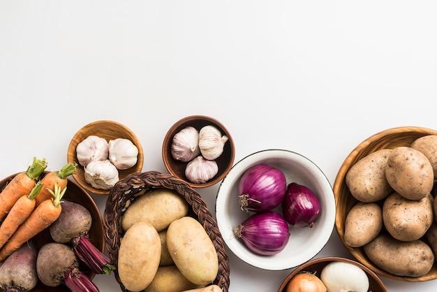 Bol de copie-espace avec des légumes