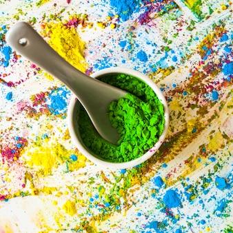 Bol avec une couleur sèche verdoyante entre les couleurs vives