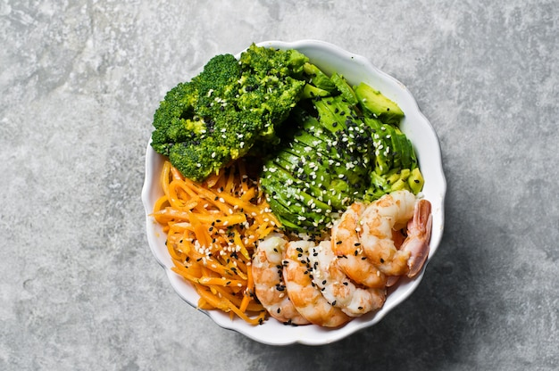 Bol avec crevettes, avocat, carotte, brocoli et riz.