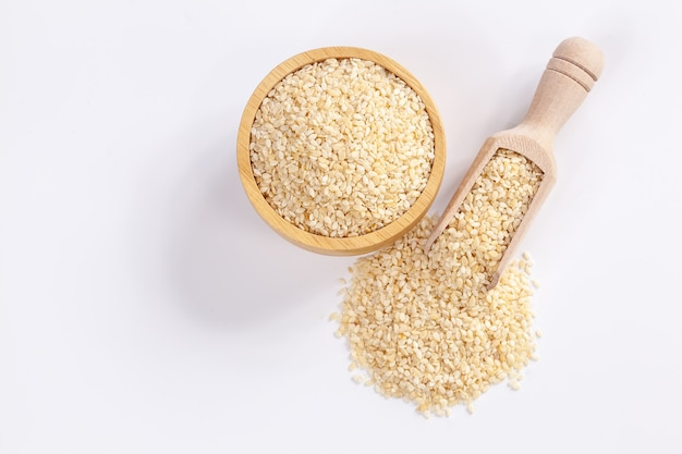 Bol et cuillère en bois aux graines de sésame