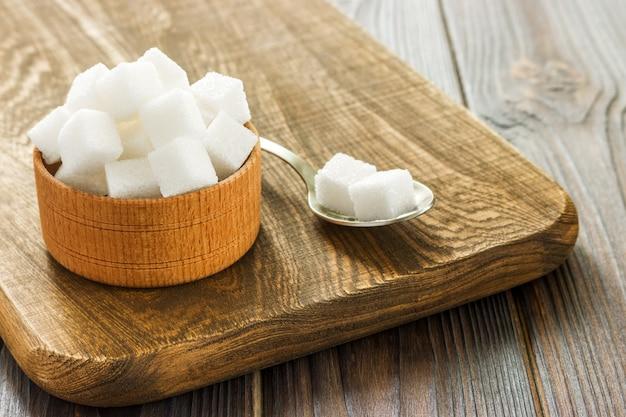 Bol et cuillère remplis de sucre