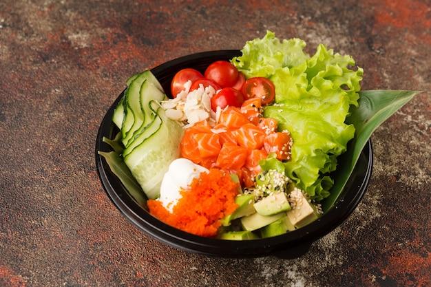 Bol de cuisine asiatique avec riz et fruits de mer